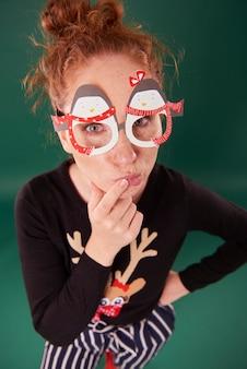 Mulher jovem com máscaras de natal engraçadas
