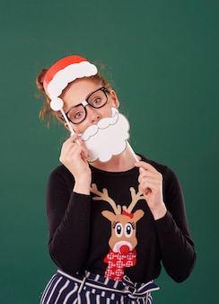 Mulher jovem com máscaras de natal