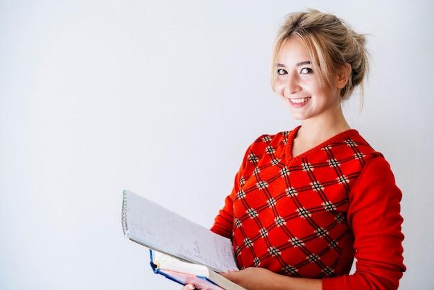 Mulher jovem, com, materiais estudo, em, estúdio