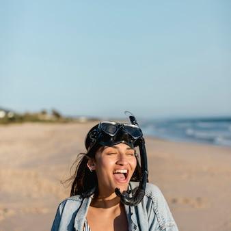 Mulher jovem, com, mergulhando máscara, ligado, litoral