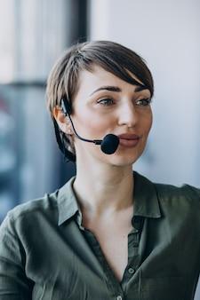 Mulher jovem com microfone trabalhando em estúdio de gravação