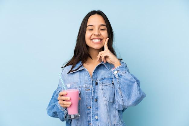 Mulher jovem com milk-shake de morango isolado