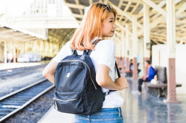 Mulher jovem, com, mochila, ligado, plataforma