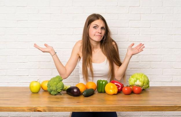 Mulher jovem, com, muitos, legumes, tendo, dúvidas, com, confunda, expressão expressão