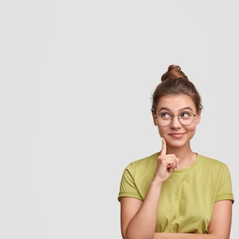 Mulher jovem com o cabelo preso em um coque