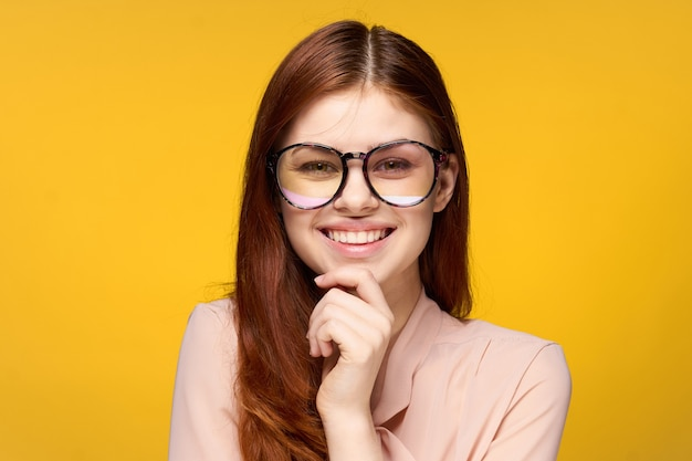 Mulher jovem com óculos grandes