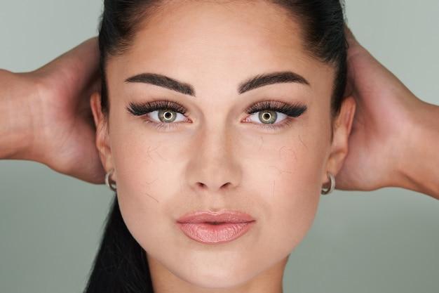 Mulher jovem com problemas de perda de cílios artificiais, cílios caídos em todo o rosto precisam de cílios