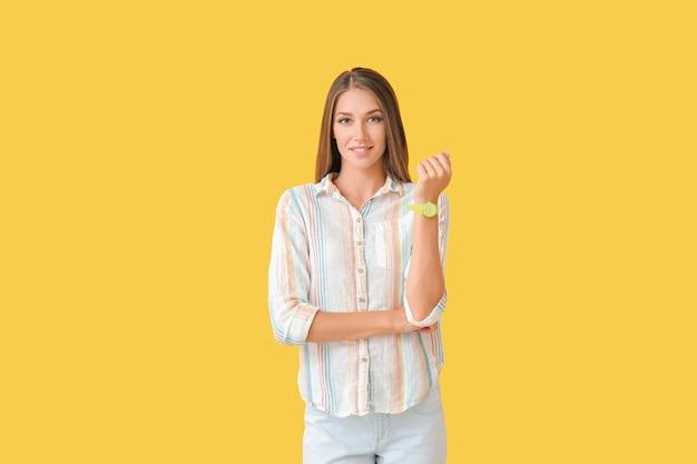 Mulher jovem com relógio de pulso colorido