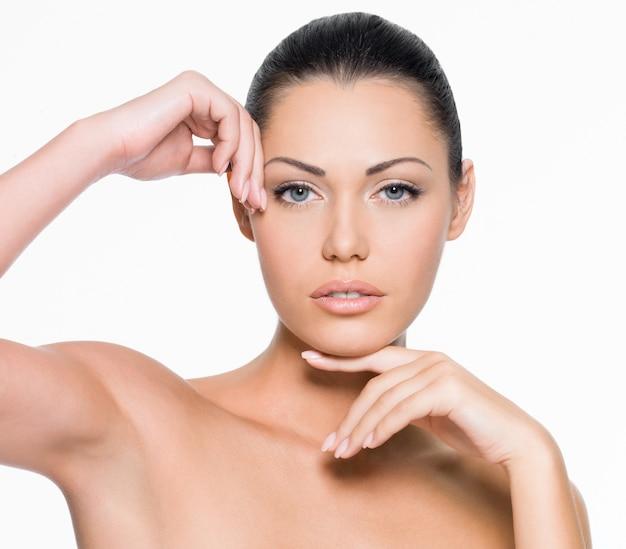 Mulher jovem com rosto bonito e pele limpa perfeita - isolado no branco