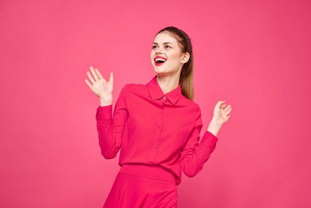 Mulher jovem com roupa rosa posando
