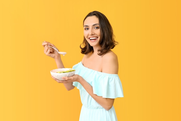 Mulher jovem com saboroso iogurte de laranja