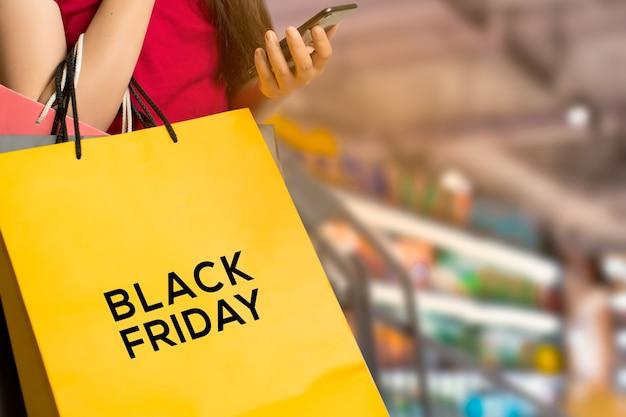 Mulher jovem com sacola de compras em um shopping