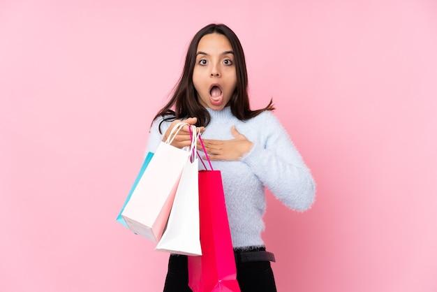 Mulher jovem com sacola de compras isolada