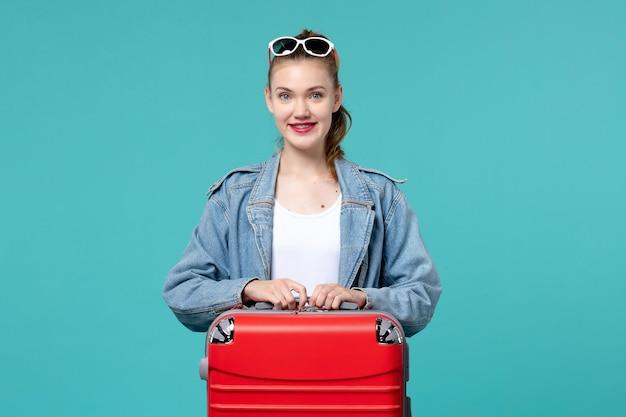 Mulher jovem com sacola se preparando para as férias no espaço azul