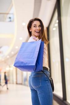 Mulher jovem com sacolas de compras cheias