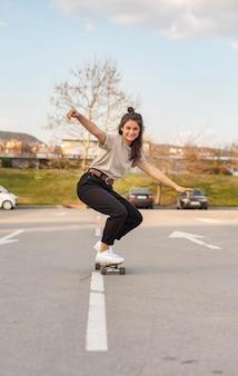 Mulher jovem com skate