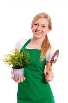 Mulher jovem com suas plantações de jardim