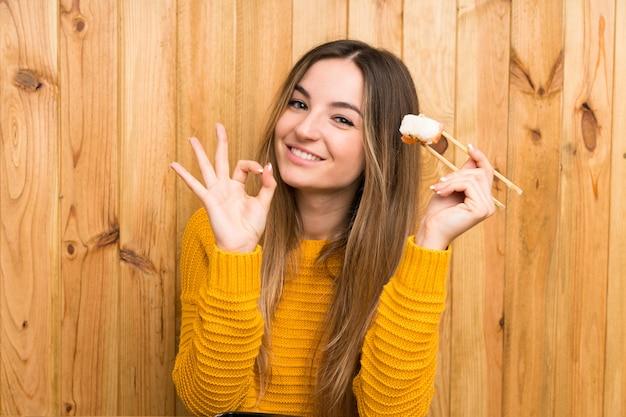 Mulher jovem, com, sushi