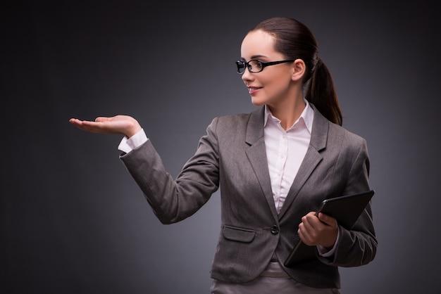 Mulher jovem, com, tabuleta, em, negócio