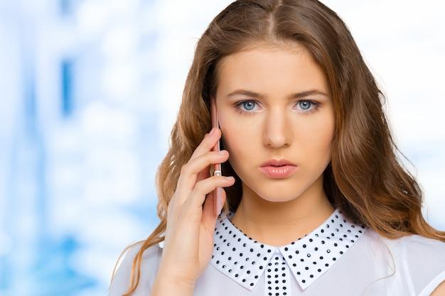 Mulher jovem, com, telefone móvel