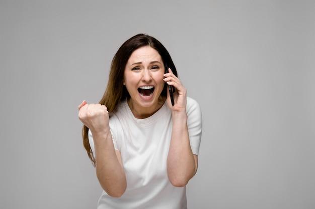 Mulher jovem, com, telefone
