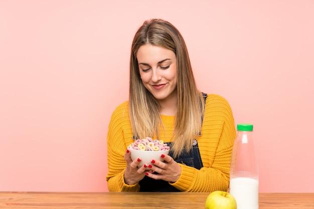 Mulher jovem, com, tigela cereais