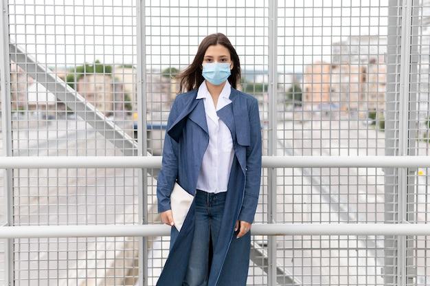 Mulher jovem com tiro médio usando máscara facial