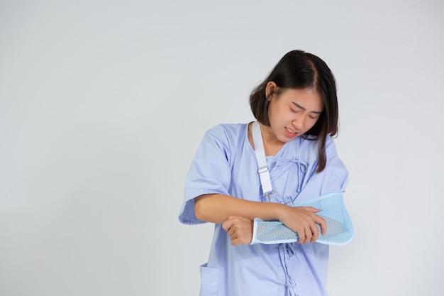 Mulher jovem com um braço quebrado usando uma tala
