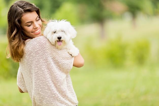 Mulher jovem, com, um, cão