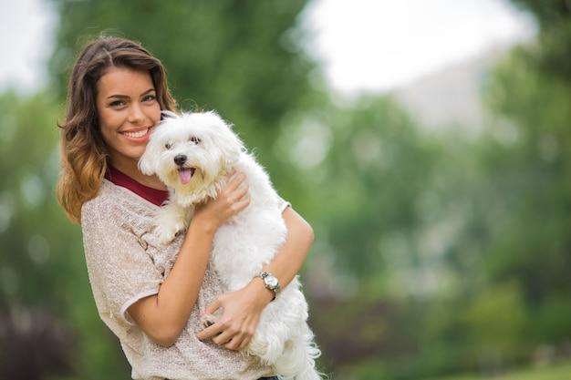 Mulher jovem, com, um, maltês, cão