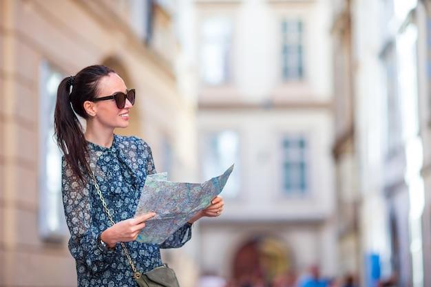 Mulher jovem, com, um, mapa cidade, em, cidade