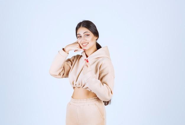 Mulher jovem com um moletom rosa com um indicativo de chamada