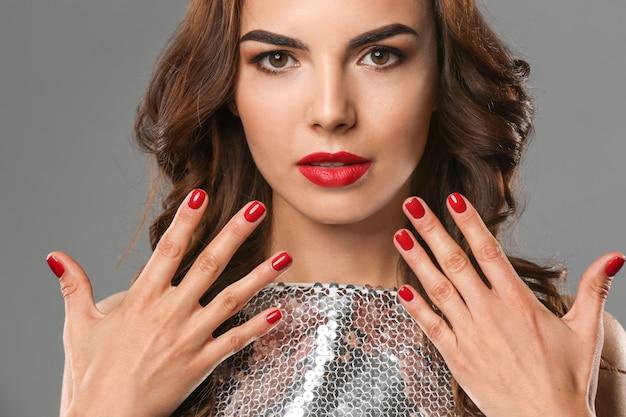Mulher jovem com uma bela manicure