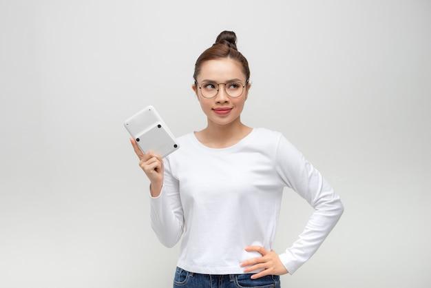 Mulher jovem com uma calculadora na mão