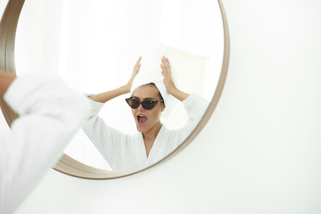 Mulher jovem com uma toalha branca na cabeça