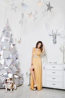 Mulher jovem com vestido de noite dourado
