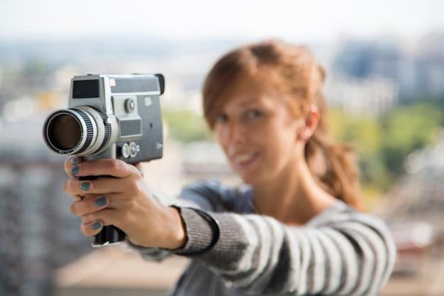 Mulher jovem, com, vindima, câmera