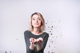 Mulher jovem, com, voando, confetti