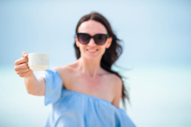 Mulher jovem, com, xícara café quente