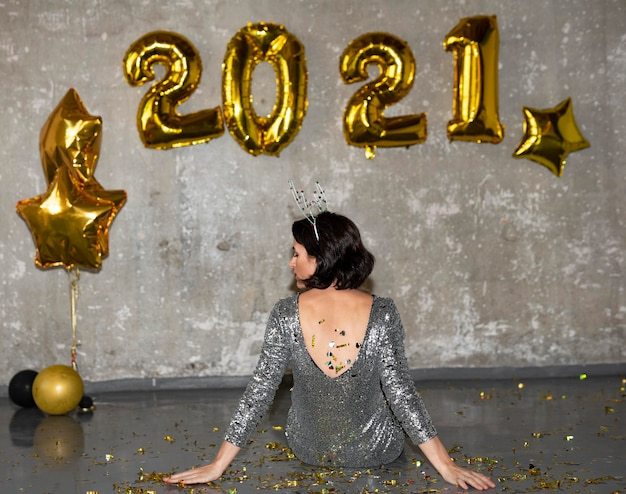Mulher jovem comemorando a véspera de ano novo