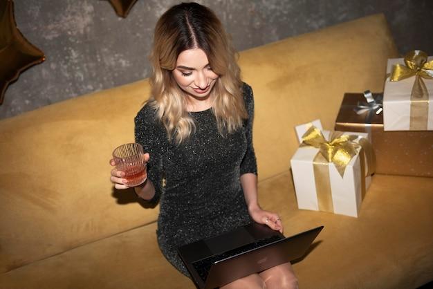 Mulher jovem comemorando em casa