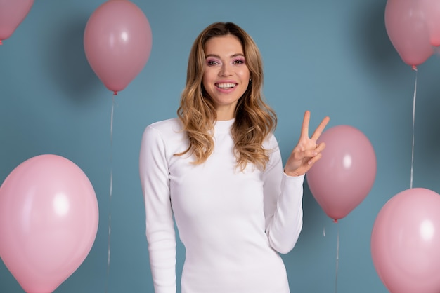 Mulher jovem comemorando em uma festa de aniversário