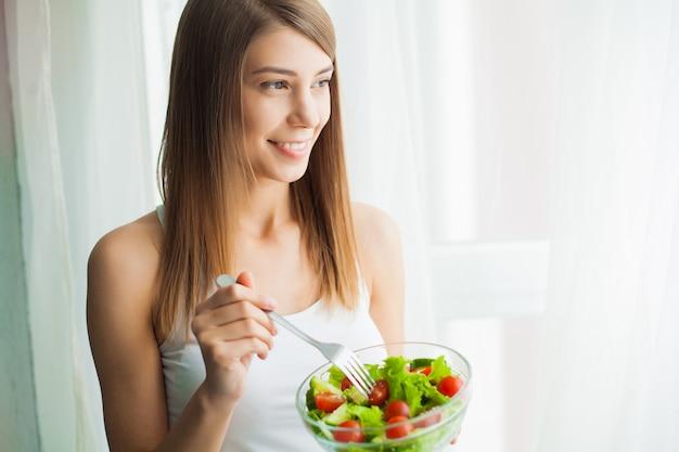 Mulher jovem, comer, salada saudável, após, malhação