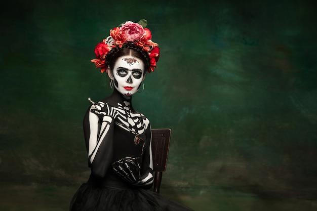 Mulher jovem como a morte do santo muerte