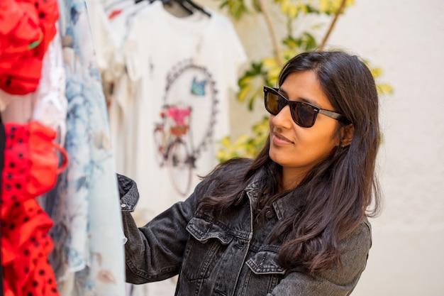 Mulher jovem, comprando, roupas