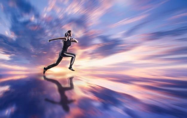 Mulher jovem correndo ao ar livre contra um céu colorido