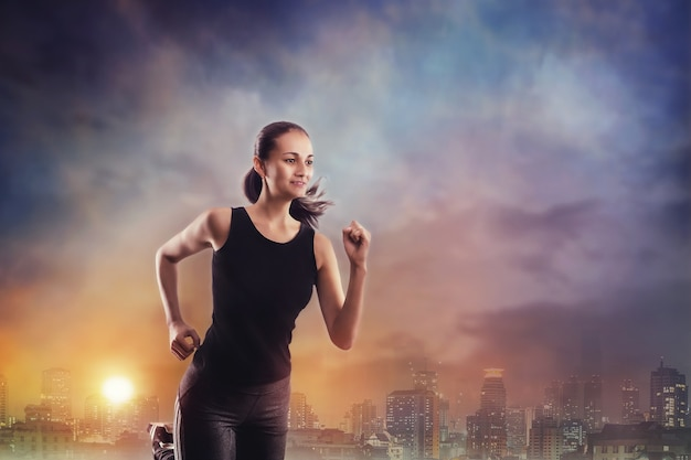 Mulher jovem correndo ao ar livre em uma cidade à noite