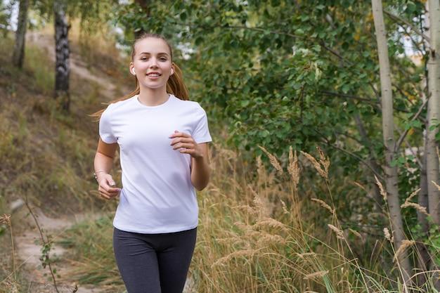 Mulher jovem correndo no parque