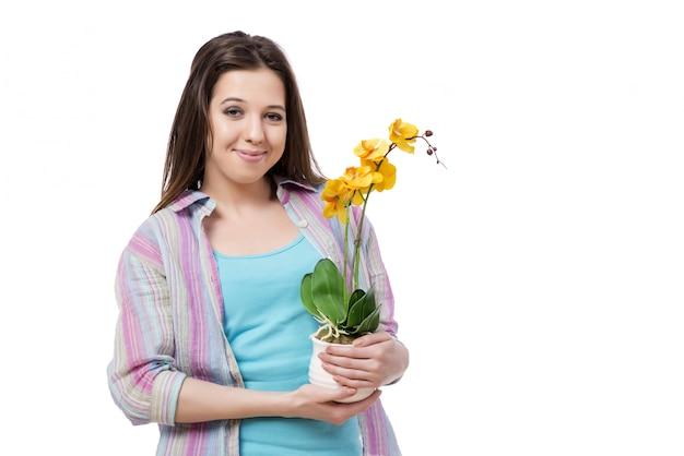 Mulher jovem, cuidando, de, plantas, isolado, branco
