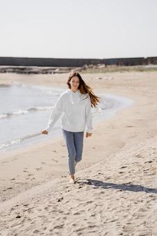 Mulher jovem curtindo a brisa do mar